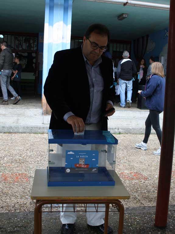 El alcalde depositando su donativo en el Pérez Galdós