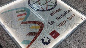 Mosaico que recuerda a la entrada del Hospital Severo Ochoa sus 30 años de existencia.